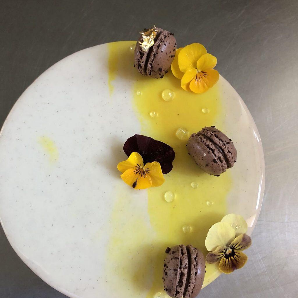100procentczekolady-tort-owoce-lesne-z-jogurtem-i-kruszona-czekolada